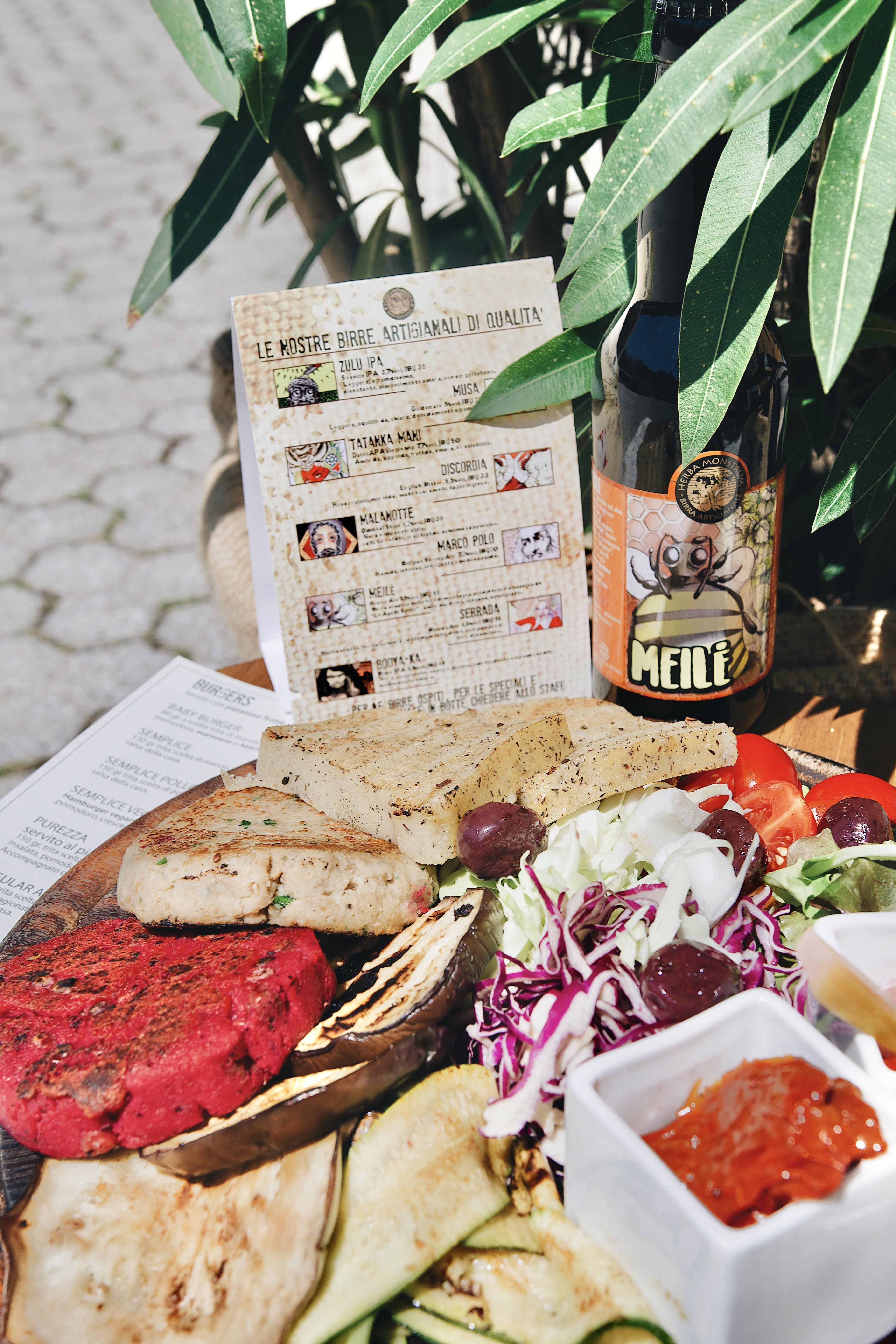 Tagliere vegano. Herba Monstrum Brewery, Urban Beer Garden. Apertura terrazza esterna. Via Ettore Monti, 29, 23851 in zona Ponte Azzone Visconti Lecco. Hamburger, patatine, birra artigianale