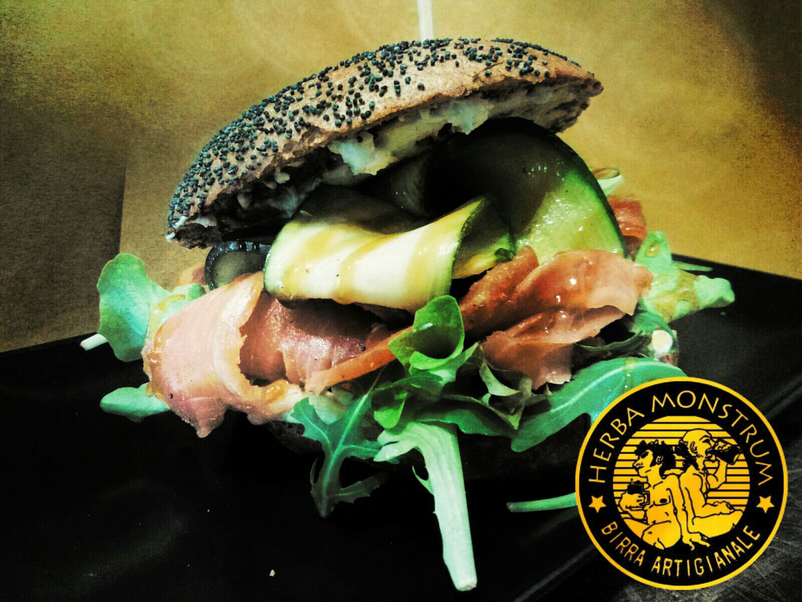 Nuovo panino stagionale con la trota affumicata italiana! Da Herba Monstrum Brewery, a dicembre, in via Ettore Monti, 29, 23851 in zona Ponte Azzone Visconti