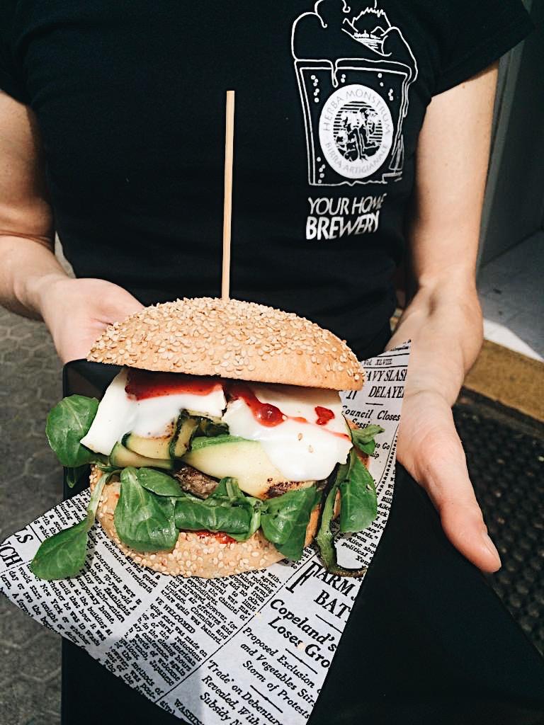 Hamburger di manzo, delicato formaggio di capra, zucchine e marmellata di mirtilli rossi. Herba Monstrum Brewery via Ettore Monti, 29, 23851 in zona Ponte Azzone Visconti Lecco.