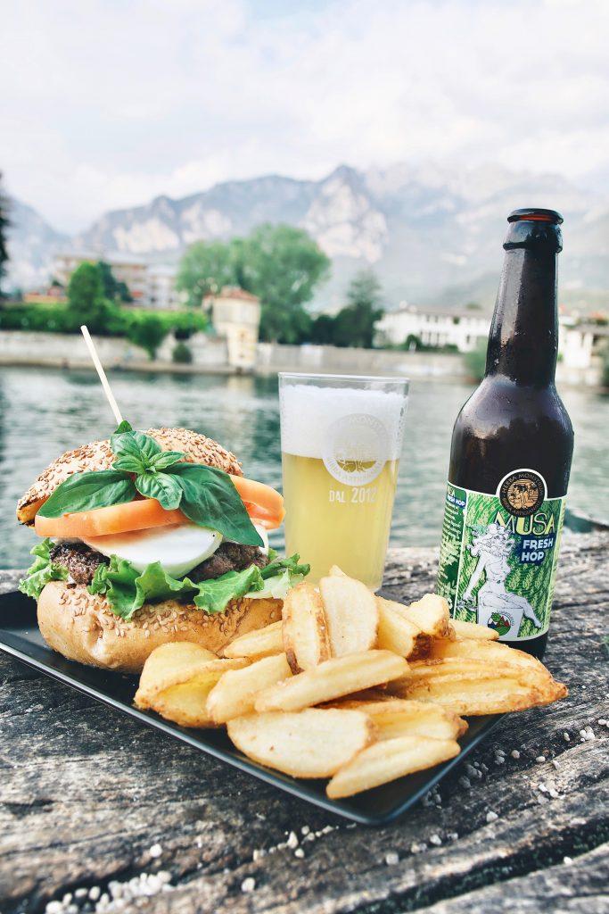 Hamburger stagionale, mozzarella bufala. Herba Monstrum Brewery, Urban Beer Garden. Apertura terrazza esterna. Via Ettore Monti, 29, 23851 in zona Ponte Azzone Visconti Lecco. Hamburger, patatine, birra artigianale.