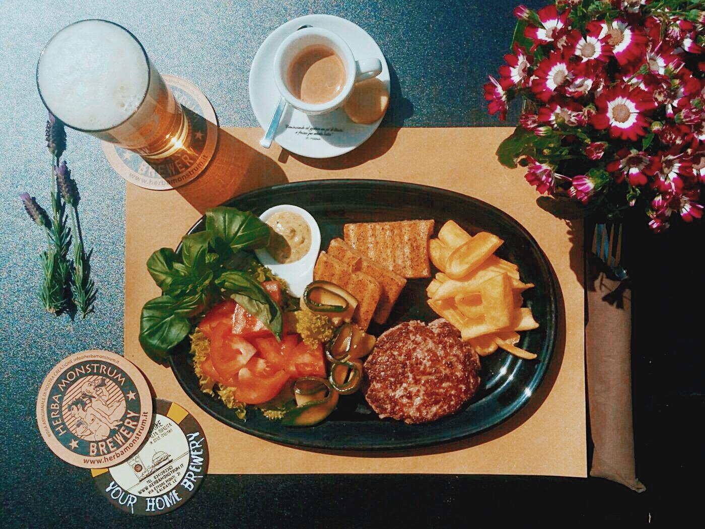 Herba Monstrum Brewery domenica 6 maggio 2018 è APERTO anche a pranzo dalle 12 alle 14:30 via Ettore Monti, 29, 23851 in zona Ponte Azzone Visconti Lecco. Menù 9,50 € Hamburger, patatine, birra artigianale, caffè Malatesta.