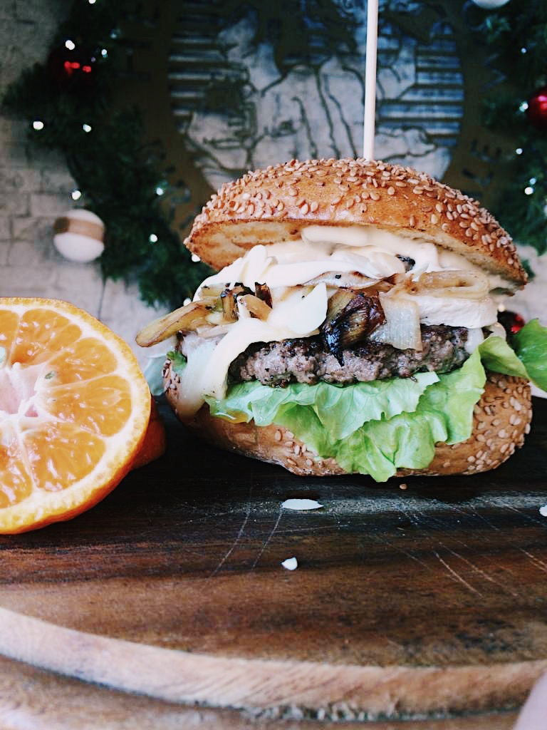 Hamburger speciale di Natale. Herba Monstrum Brewery via Ettore Monti, 29, 23851 in zona Ponte Azzone Visconti Lecco.