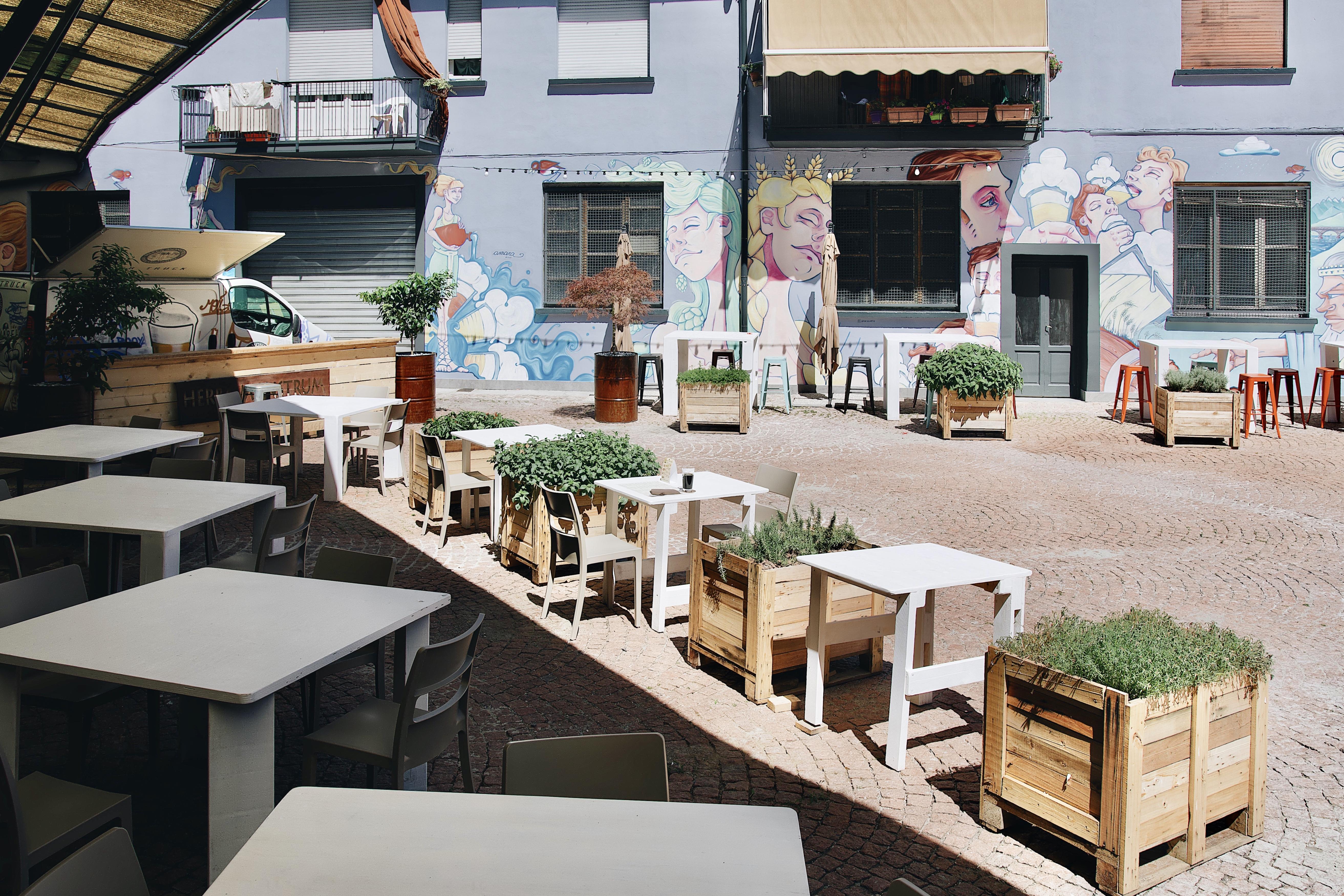 Herba Monstrum Brewery, Urban Beer Garden. Apertura terrazza esterna. Via Ettore Monti, 29, 23851 in zona Ponte Azzone Visconti Lecco. Hamburger, patatine, birra artigianale, caffè Malatesta.